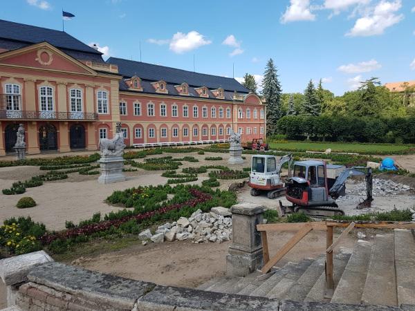 Uprava zahrady bagry u Zámku Dobříš